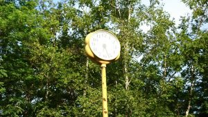午前7時 中央公園の黄色い時計