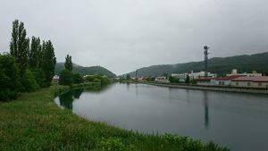 午前7時 網走川とポプラ