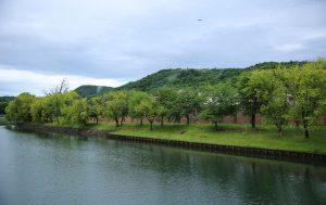 午前7時 網走川と刑務所赤レンガ塀