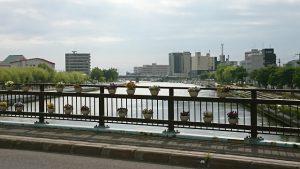 午前7時 新橋の欄干と網走川