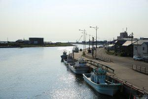 午前7時 網走川と停泊する漁船