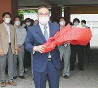 職員に出迎えられ初登庁した深川新町長(6月10日)