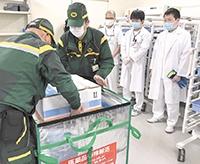 医療品用の特殊ボックスからワクチンなどが入った箱を取り出す【北見・網走のフリーペーパー・経済の伝書鳩|ニュース】