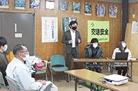 東部森林室で発表する東農大学生2人、岡田助教(右)