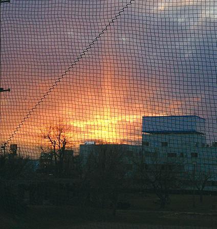 作品名『夕暮れの扇』ぽかろん 家から見た夕陽が扇の様な形をした光になっていて、とても神秘的で急いで撮った1枚です!! 家の前の公園のネットが邪魔ですが(涙)。とても綺麗な景色でした。数分後には消えてました。
