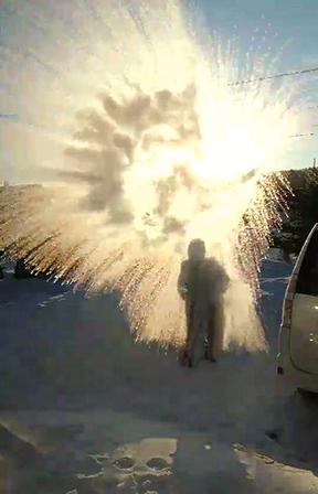 作品名『マイナス20℃の世界』ショコラ 寒い日に熱湯を勢いよくまくと、一瞬で気化して煙のようになります。マイナス25度以上でなると言われていますが、マイナス20度でもできました。朝日をバックに撮影してみました。