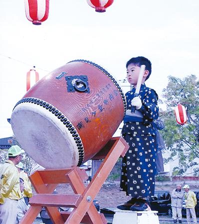 作品名『ちびっ子太鼓』網走市・男性 地域の盆踊りをちびっ子も太鼓を叩いて盛り上げます。
