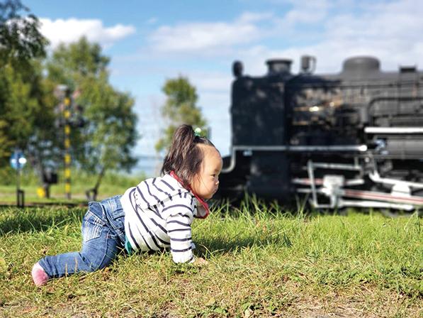 作品名『SLと対決!?』美幌町・穂香ママ1歳1ケ月の娘が、ハイハイでSLと力比べ(笑)。強い女の子になってね♪