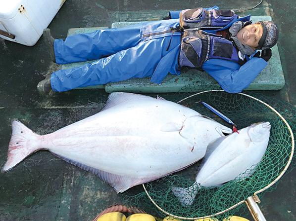 作品名『巨大オヒョウ』網走市・女性 釣りを始めて10数年、能取岬沖で大物オヒョウを1日に2本も釣り上げました。夫は「目をつぶれば体長165センチの巨大オヒョウが目に浮かぶ」といいます。これからも魚を釣り上げて、お世話になっている方々におすそ分けし、食べてもらえればうれしいです。