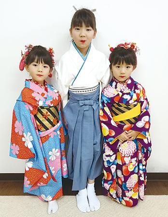 作品名『日本舞踊三姉妹』北見市・ゆ~みんバァバ 孫の三姉妹は日本舞踊をやっています!師匠は…私、三姉妹のバァバです!!お姉ちゃんは「白虎隊」を踊った時のものです。下のふたりは、双子です。今回は別々に踊りました。お稽古熱心で、まだ一度も休まず、お稽古に励んでいます!!