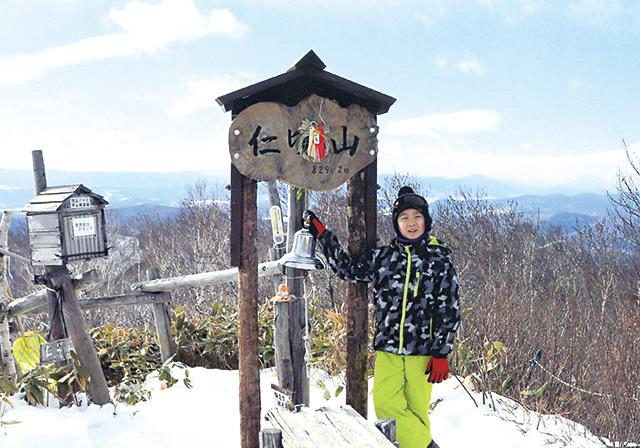 作品名『がんばった』北見市・男性 昨年末に、静岡県から遊びに来ていた孫と一緒に仁頃山へ行きました。毎年、五合目までは登っていましたが、この日は頑張って頂上まで登りました。