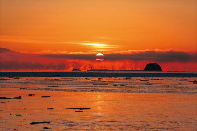 作品名『『厳冬の朝』』(網走市・フクちゃん) 1月30日の夜明け、網走の海岸にて撮影。前日の天気予報から気嵐(けあらし)が期待できそうでしたので、朝焼けとオーロラ号を入れて撮影しました。予想以上の気嵐でした。