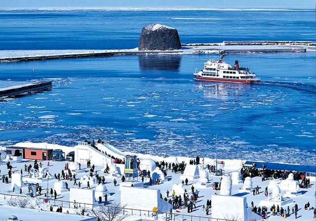 作品名『賑わう流氷まつり』網走市・男性 あいにく流氷は沖合いでしたが、晴天に恵まれたオホーツク流氷まつりは大盛況。流氷観光砕氷船も、まつり会場にちょっと寄り道。