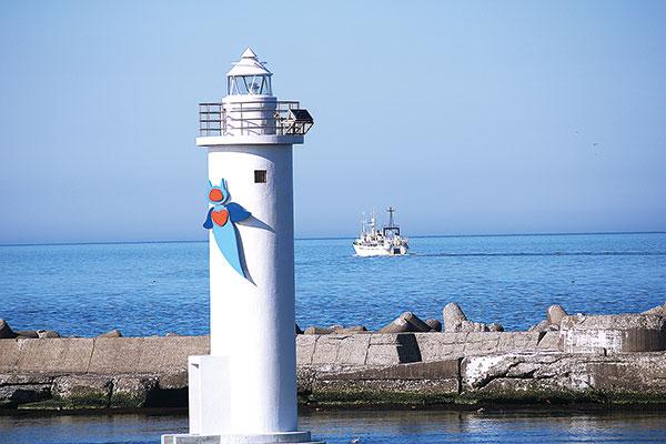 作品名『クリオネのデザイン灯台』網走市・男性 正式には網走港東防波堤灯台という名称。デザイン灯台は全国的にも珍しく、北海道には3カ所にしかないそうです。快晴の空のもと、4月11日午後3時ころの撮影です。