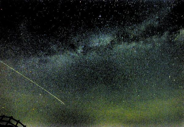 作品名『天の川を渡る光』美幌町、男性 みずがめ座流星群かそれとも、やぎ座流星群の残りか、ただの流れ星か、はたまた人工衛星か。天の川を渡っていきました。7月26日午後8時半ころ、美幌峠で撮影。