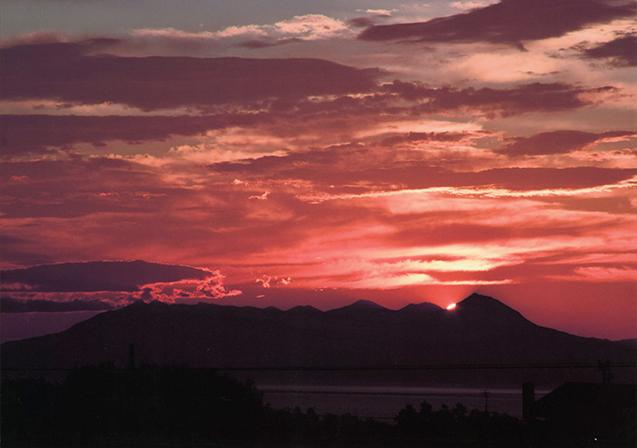作品名『知床の夜明け』網走・男性 冷え込んだ朝、知床の空が赤く染まって見事な朝焼けでした。