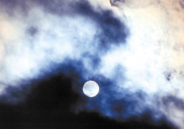 作品名『冬の太陽』北見市・ケイコさん 昼下がり、空にきれいな彩雲が出ていたので、PLフィルターを使用し、家の中からガラス2枚を通して撮影。運良く太陽も通過してくれたので面白い写真が撮れました。