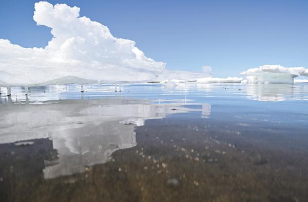 作品名『異次元の流氷』北見市・男性 斜里町の海岸で撮影した流氷です。本体は陸から離れ、取り残された氷が海岸に散在していました。海水の透明度が高くて一瞬海水の位置を誤るほど。いつも見慣れた厳しい流氷とは違い、どこか優雅で美しいオブジェのように見えました。早春を感じる流氷の名残の絶景でした。