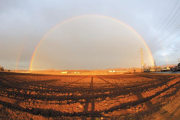 作品名『虹』北見市・男性 4月のある夕方、端野町三区で大きな虹が眺められました。