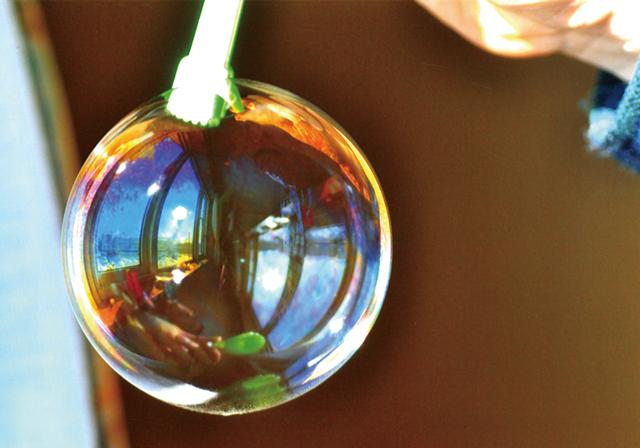 作品名『シャボン玉』美幌町・男性表面に写り込んだ窓枠がいい感じです!