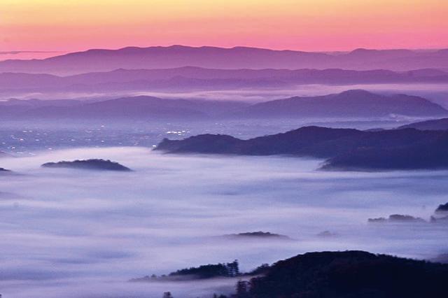作品名『晩秋の牧場』北見市・シカちゃん 10月19日、北見市の本沢牧場展望台での写真です。朝の5時30分頃、朝日の上がる前の市内に雲海が広がりました。