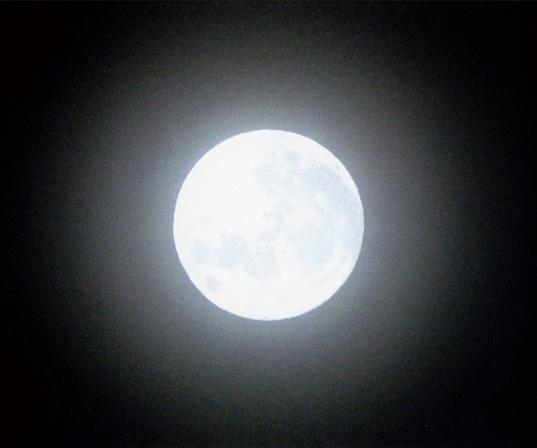 作品名『スーパームーン』男性満月が68年ぶりに地球に大接近したという、11月14日のスーパームーン。いつもより少し大きいですね、見ることができてよかったです。